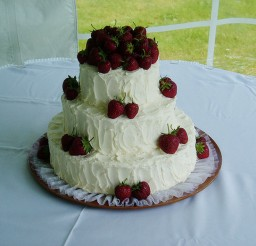 1024x768px A Strawberry Wedding Cake Picture in Wedding Cake