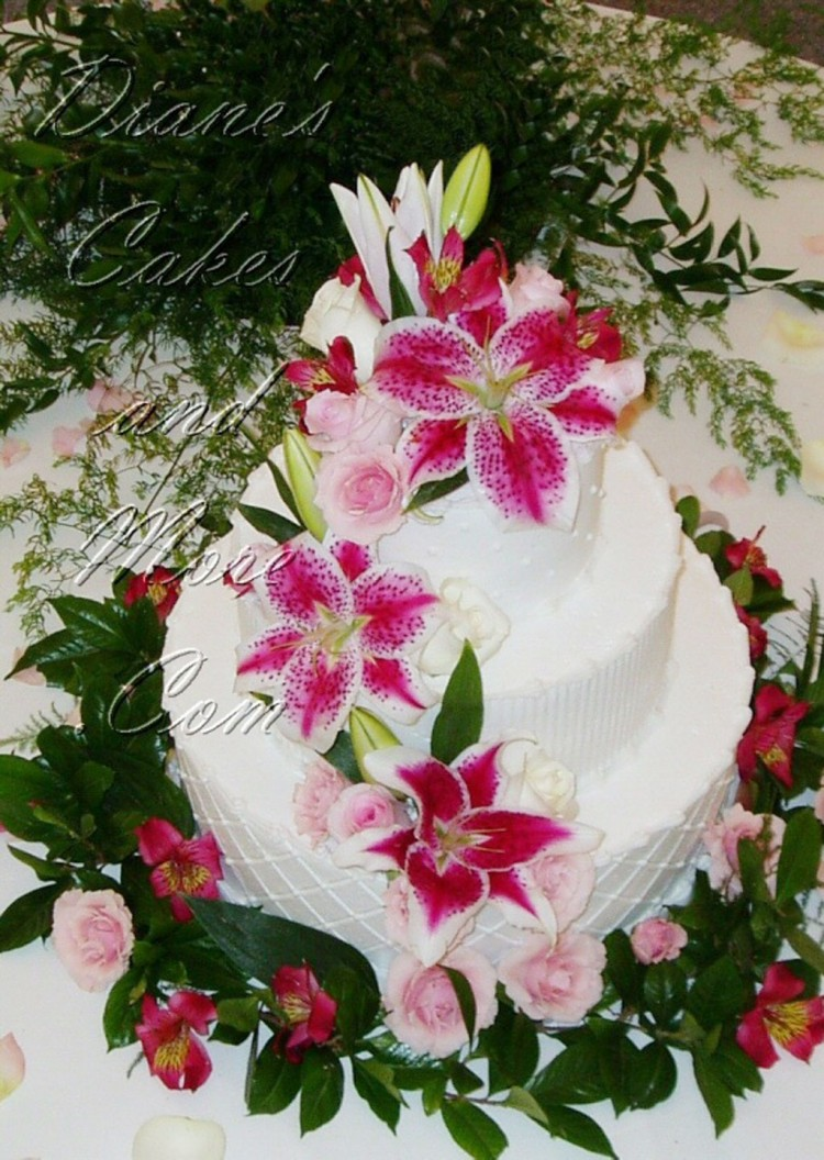 Beauty Stargazer Lily Wedding Cake Picture in Wedding Cake