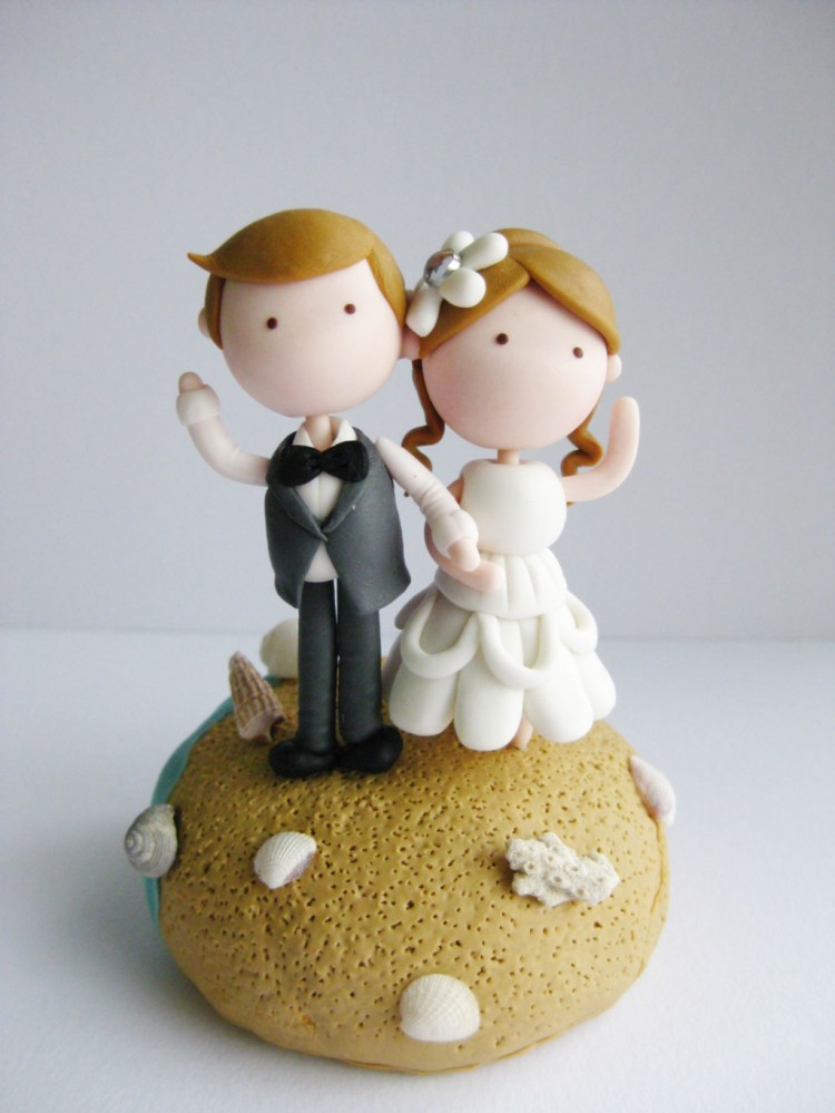 Cute Beach Wedding Couple Figurine Picture in Wedding Cake