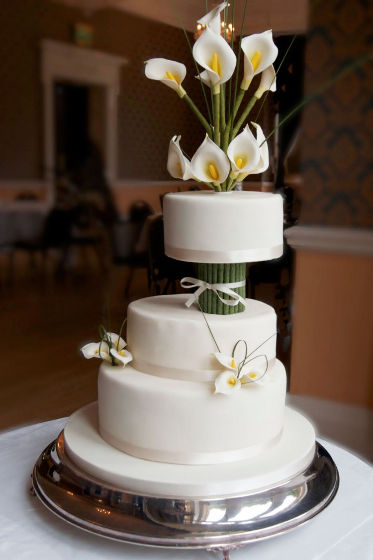 Ivory Calla Lily Wedding Cake Picture in Wedding Cake