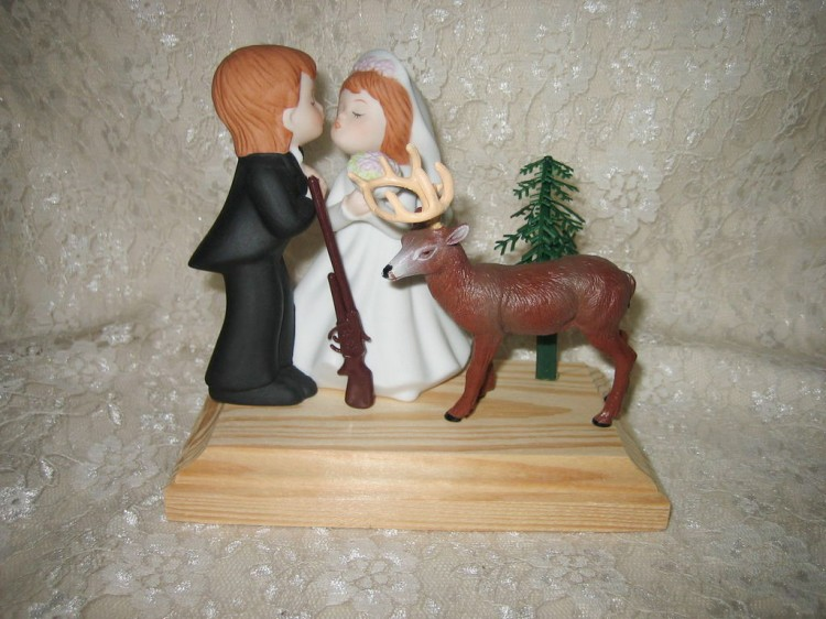 KISSING WEDDING BIG BUCK DEER HUNTER CAKE TOPPER Picture in Wedding Cake