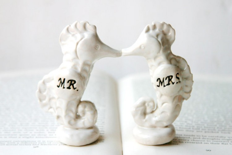 Porcelain Seahorse Wedding Cake Topper Picture in Wedding Cake