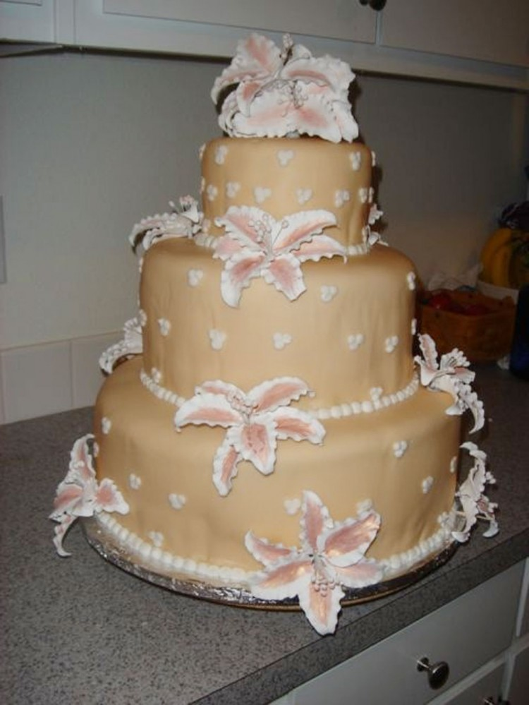 Round Stargazer Lily Wedding Cake Picture in Wedding Cake