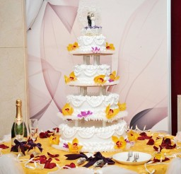 1024x718px Wedding Cake With Fresh Strawberry Filling Picture in Wedding Cake