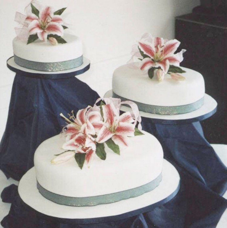 One Layer Stargazer Lily Wedding Cake Picture in Wedding Cake