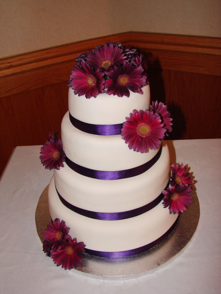 Purpel Gerber Daisy Wedding Cake Picture in Wedding Cake