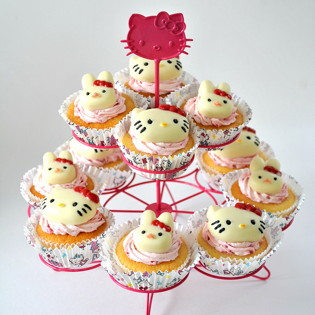 Hello Kitty Cupcake Holders Picture in Wedding Cake