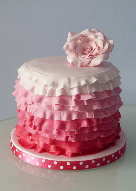 Ruffle Cake Stand Picture in Cake Decor